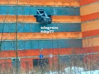 27 января в подмосковном Долгопрудном седан Mercedes-Benz пробил стену на четвертом этаже многоуровневой парковки и опасно завис над землей