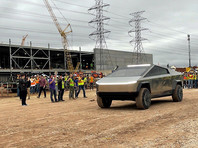 Илон Маск приехал на стройку нового завода Tesla в Техасе на прототипе пикапа Cybertruck